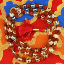 Mála hegyi kristályból és rudrakshából, ajándék hímzett tartóval