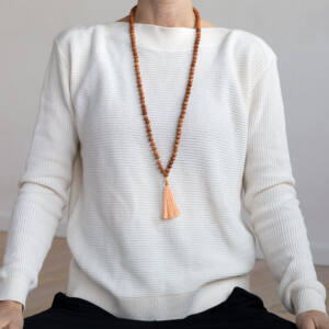 MÁLA - nyaklánc szantálfából, sárgabarack színű zsinórral, 108 szemes