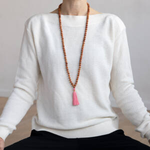 MÁLA - nyaklánc szantálfából, rózsa színű zsinórral, 108 szemes